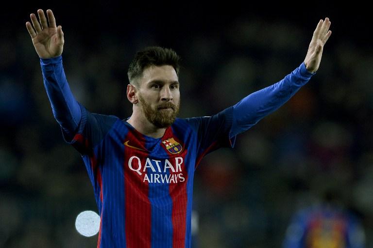 Leo Messi hace un gesto a la afición del Barcelona