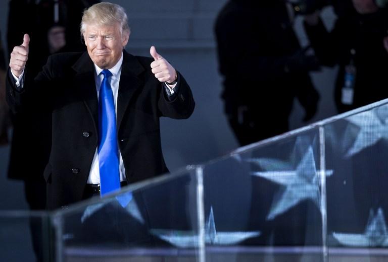 Donald Trump saludando