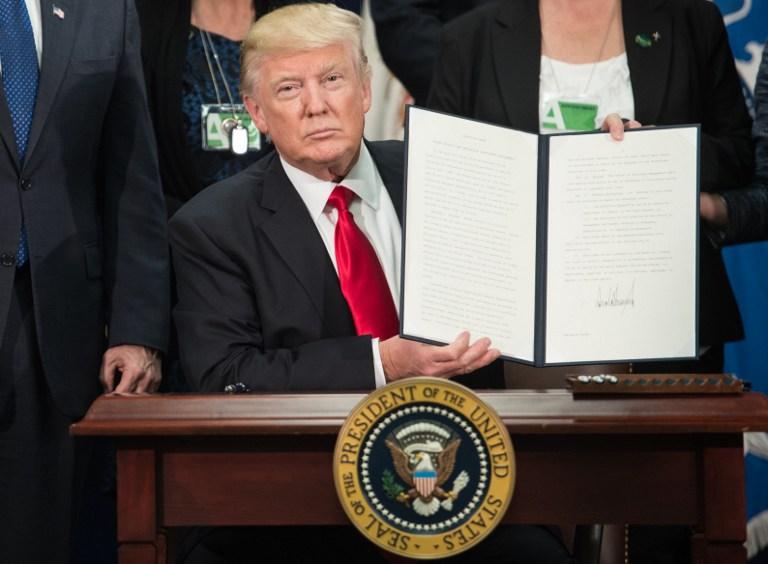 Donald Trump firma decreto para construir muro en frontera con México