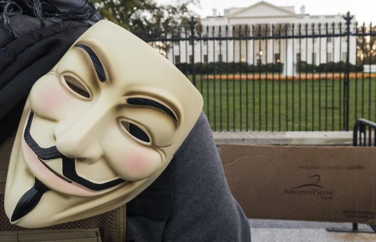 Hombre con máscara de Anonymous frente a la Casa Blanca
