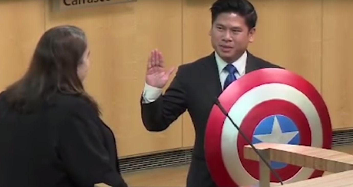 Lan Diep toma juramento con el escudo del Capitán América
