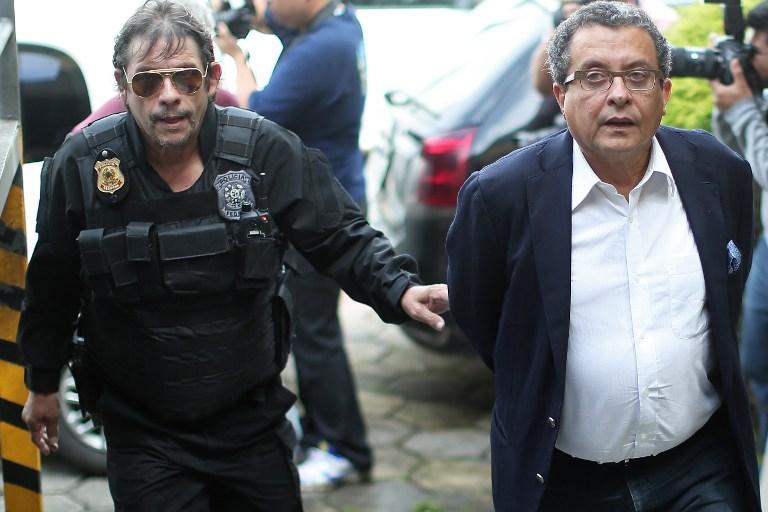 Joao Santana custodiado por agentes