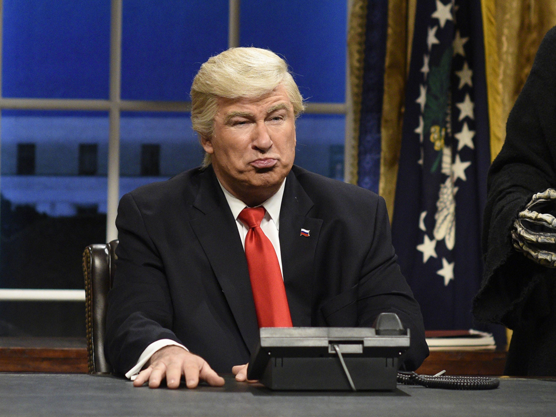 Alec Baldwin personificando a Donald Trump en SNL