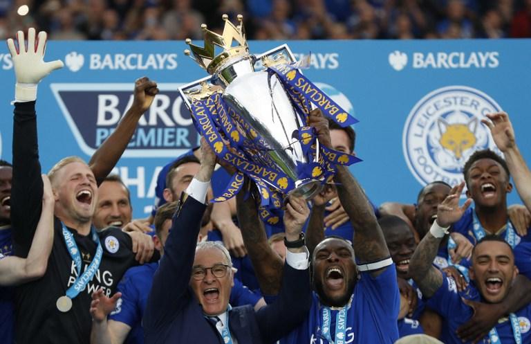 Claudio Ranieri levantando el trofeo de la Premier League