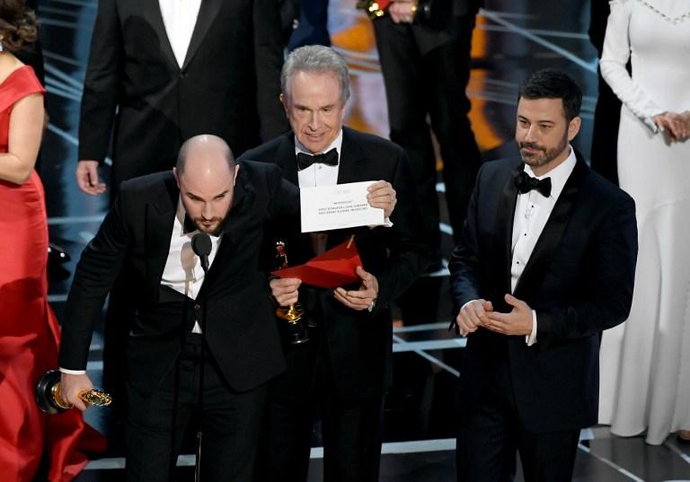 Jordan Horowitz lee al ganador del Oscar