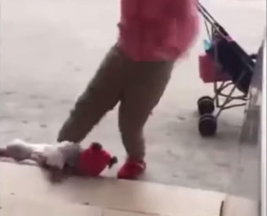 Madre patea a su hija en China