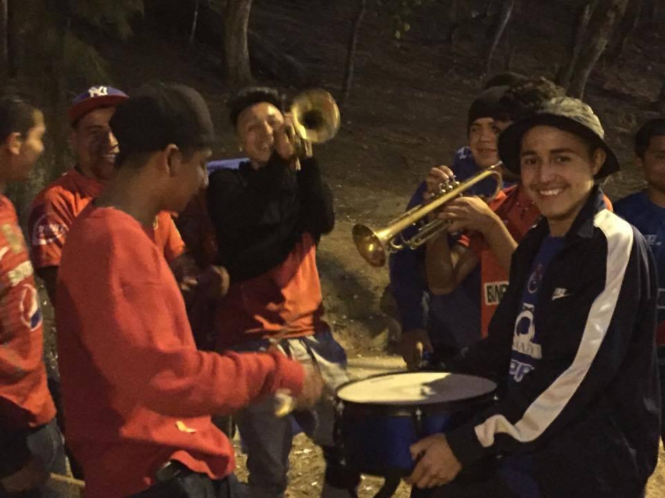 Aficionados rojos interpretando una canción