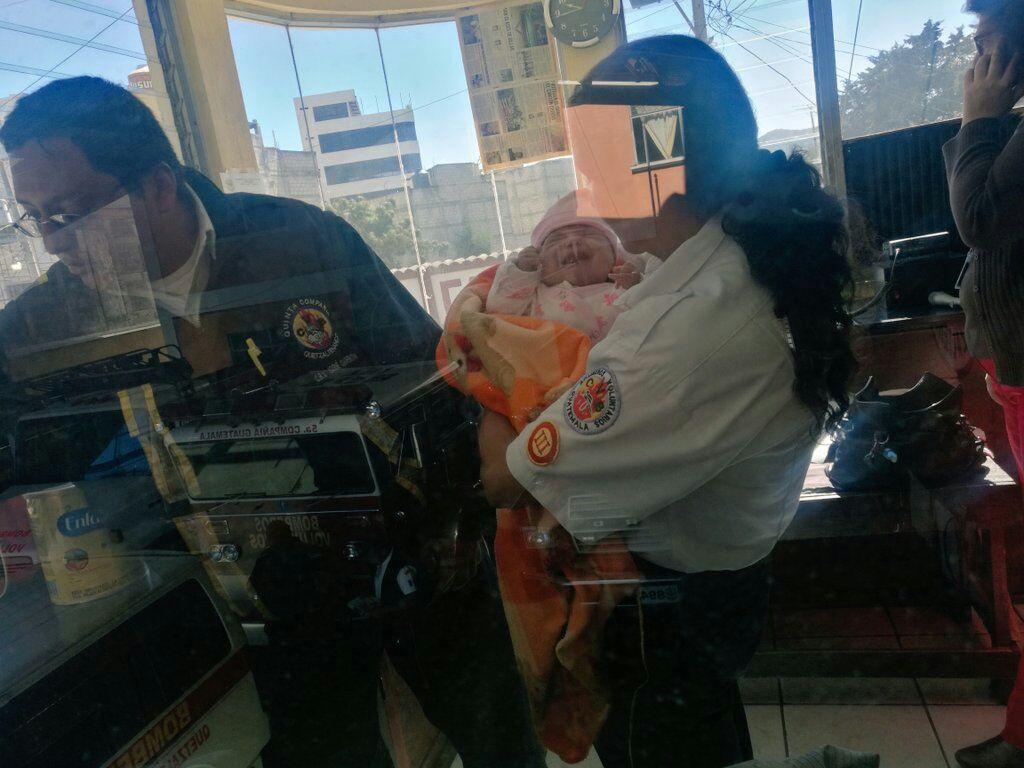 Una bebé fue entregada en la estación de Bomberos Voluntarios de Quetzaltenango.