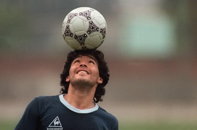 Maradona domina el balón con la cabeza
