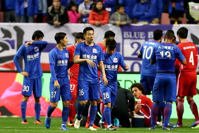 Qin Sheng pisa a Axel Witsel en un partido de la liga china