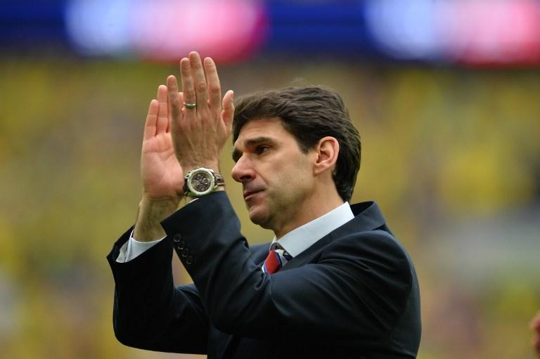 Aitor Karanka aplaudiendo a la afición del Middlesbrough