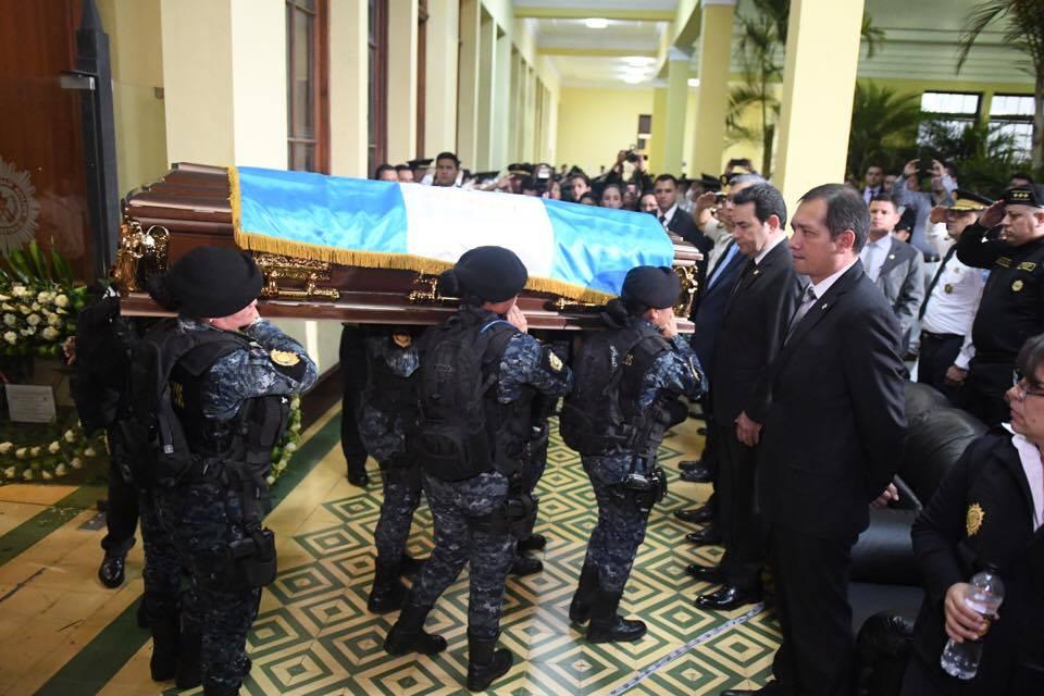 Homenaje póstumo a policías