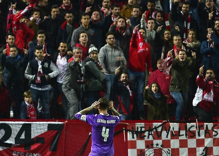 Sergio Ramos hace un gesto a la afición del Sevilla