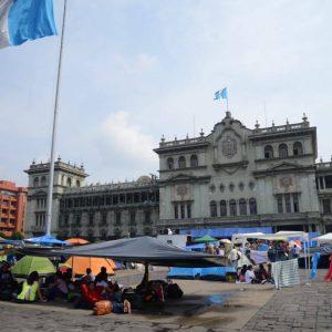 Empresarios piden calma en manifestación en la Plaza de la Constitución.