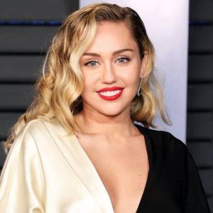 ¡Sin censura! Miley Cyrus publica un video desnuda desde la tina