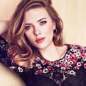 """Scarlett Johansson celebra sus 36 años y fans viralizan imágenes de la """"actriz"""" sin ropa"""