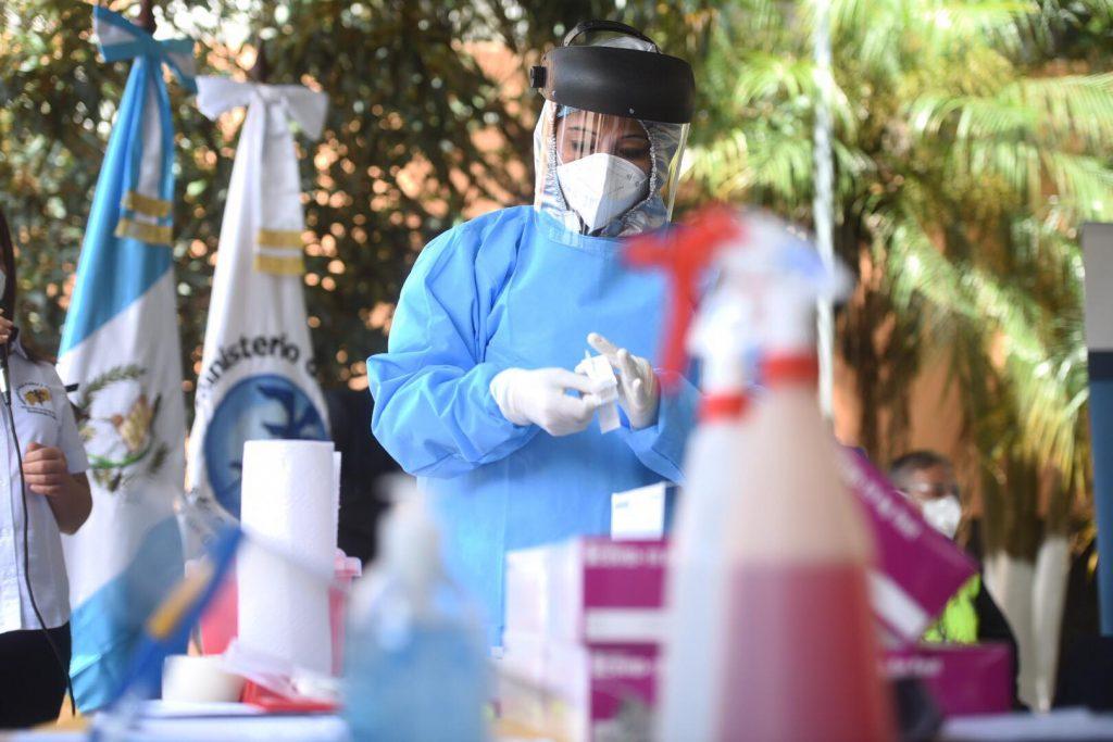 Kits y pruebas rápidas de COVID-19 presentados por el Ministerio de Salud.
