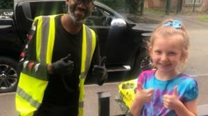 VIDEO | La historia de niña que aprendió lenguaje de señas para hablar con cartero sordo