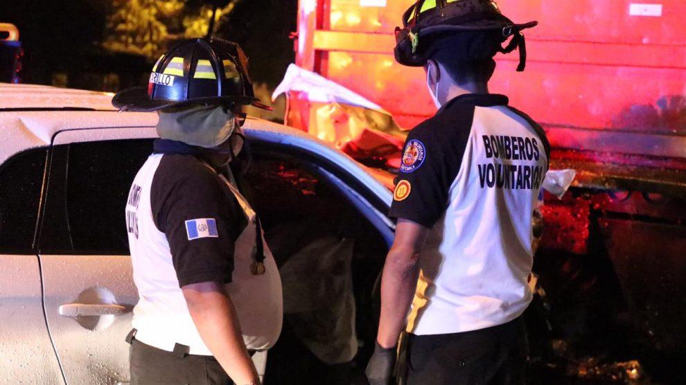 Conductor de vehículo muere tras impactar contra camión en zona 14