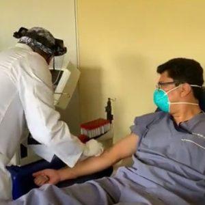 Doctor Barrientos dona plasma