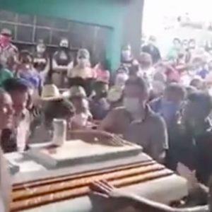 Entierro masivo en San José Acatempa