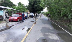 Fuerzas de seguridad revisan vehículos.