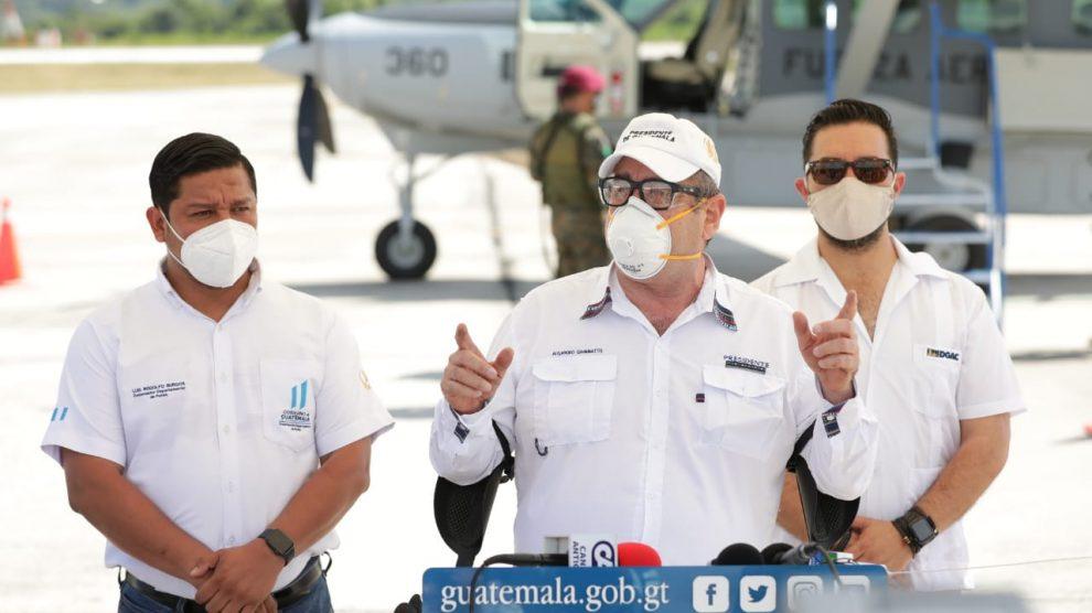 Alejandro Giammattei en aeropuerto de Petén