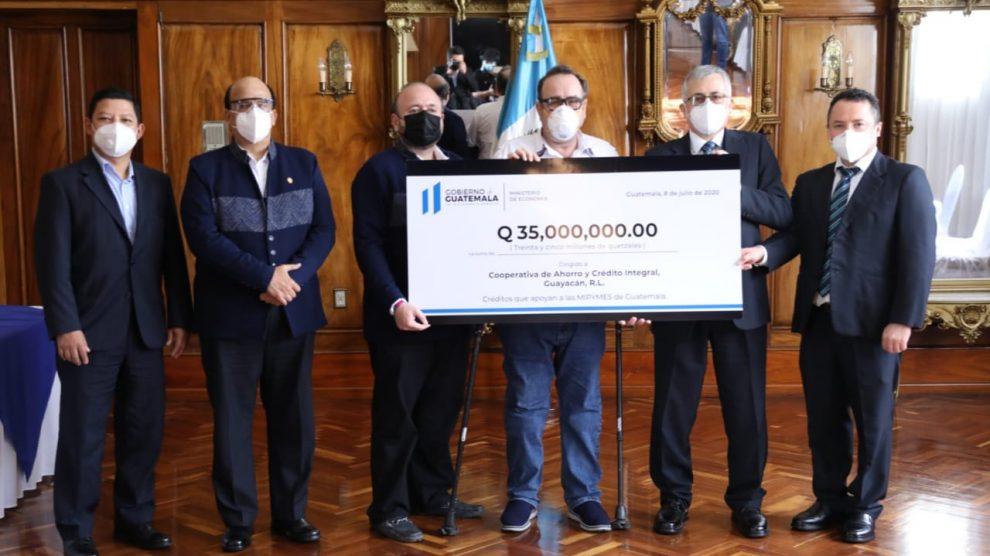 Giammattei entregó cheque a Cooperativa Guayacán