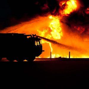 Camión de bomberos apaga incendio