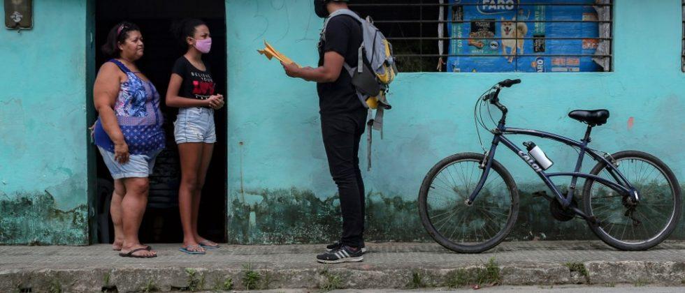 Maestro reparte tareas a alumnos confinados en Brasil