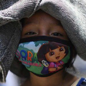 Niña guatemalteca con mascarilla para protegerse del COVID-19.