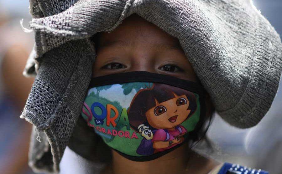 Niña guatemalteca con mascarilla