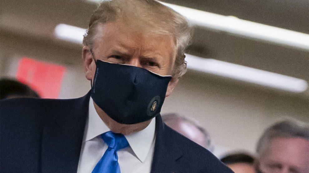 Donald Trump usando mascarilla