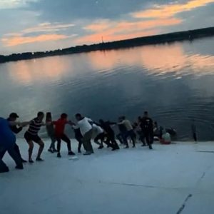 Forman cadena humana para salvar a mujer en Rusia