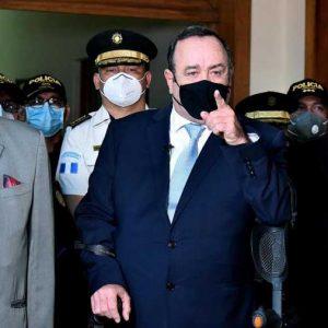 Alejandro Giammattei con la cúpula de la PNC