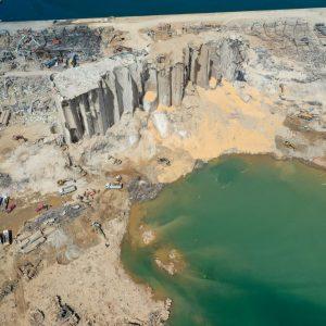Cráter generado por la explosión en Beirut
