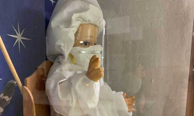 Niño Dios vestido con traje anti-Covid-19