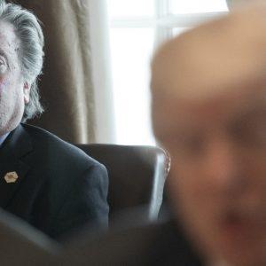 Steve Bannon junto a Donald Trump