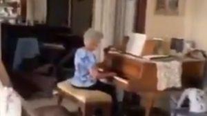 Abuelita toca el piano en su casa destruida por las explosiones en Beirut