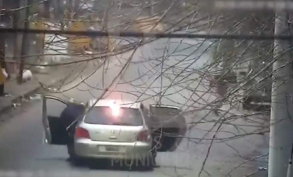 Ladrón intenta asaltar carro con policías en Argentina