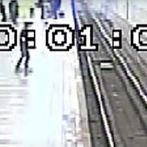 Policía salva a un hombre que había caído a las vías del metro