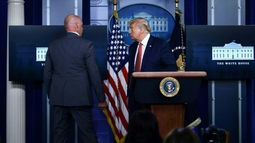Donald Trump, escoltado fuera de la sala de prensa