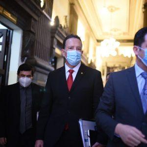 Álvaro González, ministro de Finanzas, llega a Congreso