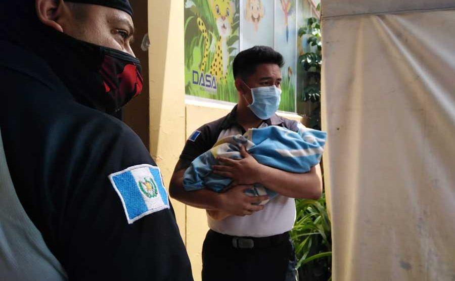 Rescatan a bebé abandonado