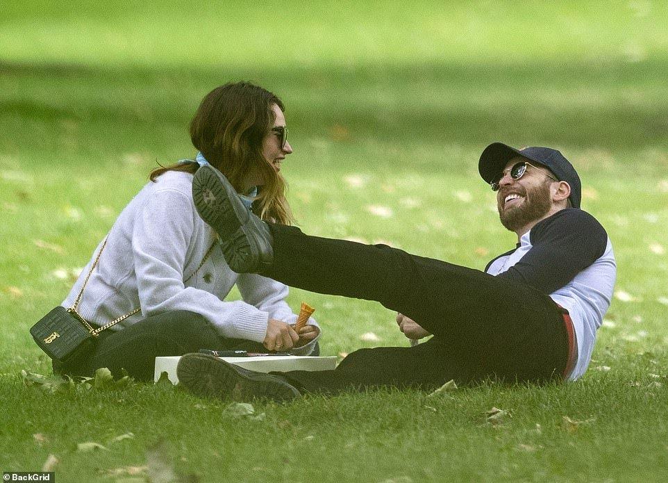Chris Evans y Lily James