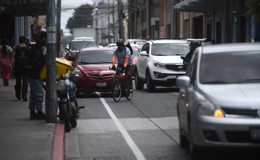 Conductores bloquean ciclovía en zona 1
