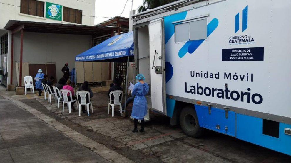 Laboratorio móvil detecta casos de COVID-19 en Sacatepéquez.