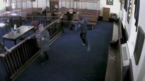 Delincuente escapa corriendo de una corte antes de ser condenado