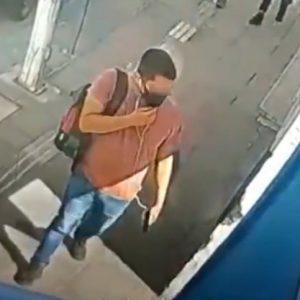 Graban a hombre agrediendo sexualmente a una mujer en Puebla, México