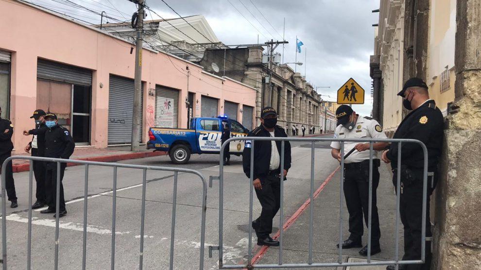 Agentes de la PNC colocan bardas para impedir el paso hacia el Congreso de la República.